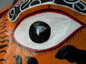 masque-rituel-peinture-ecailles-yeux-apres_atelier-restauration-papier